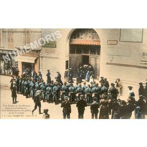 JG 211 Grève générale de Voiron une sortie de conférence sous la surveillance d'un commissaire de police et de la troupe