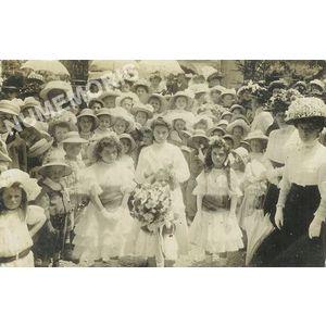 Voreppe juin 1909 - fillettes avec bouquet
