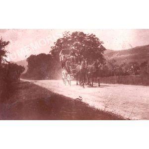 Vourey la voiture de Voiron sur le grand Chemin en 1900