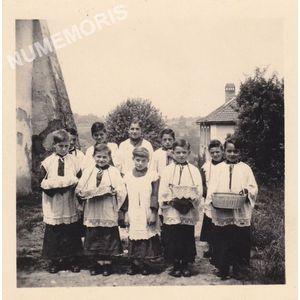Voissant : enfants de choeur en 1951