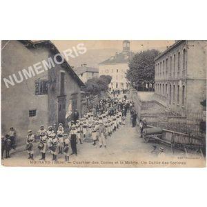 Moirans (Isère) quartier des Ecoles et la Mairie. Un défilé des Sociétés