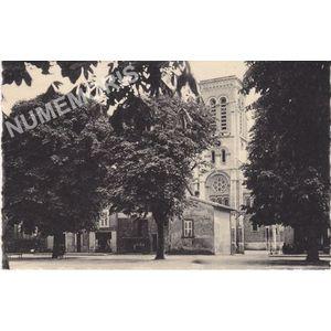 004 Moirans la nouvelle Eglise et la place Maréchal-Pétain