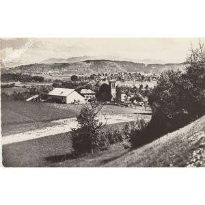 Velanne (Isère) le village et la chaine de Chartreuse