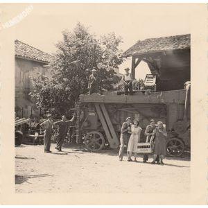 Montferrat : batteuse vers 1960