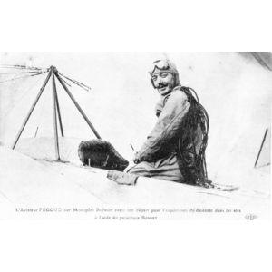 l'aviateur Pégoud sur mononplan Blériot avant son départ pour l'expérience de descente dans les airs à l'aide du parachute Bonnet