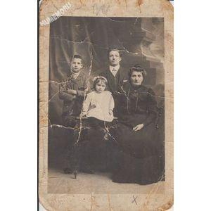 carte-photo d'une famille de la Buisse