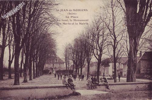 St-Jean-de-Moirans (Isère) la place Au fond, le Monument aux Morts et la mairie