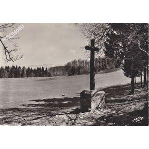 6535 environs de St-Geoire-en-Valdaine (Isère) Croix des Mille Martyrs Au fond, massif de Chartreuse