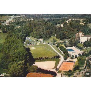 St-Geoire-en-Valdaine (Isère) vue aérienne terrain de sports, piscine et camping