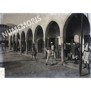 rue avec arcades en Afrique du Nord